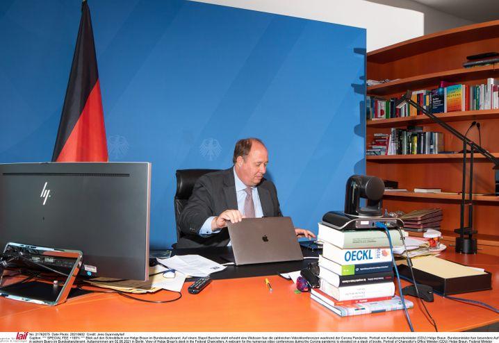 Webcam auf Büchern: Kanzleramtschef und Digitalexperte Helge Braun in seinem Büro