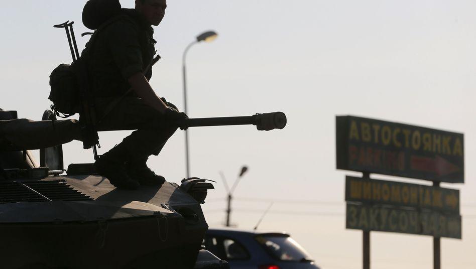 """Russischer Soldat in der Nähe der Grenze zur Ostukraine: """"Gefahr durch """"bewaffnete Militärs ohne Hoheitsabzeichen, die Unruhe schaffen"""""""