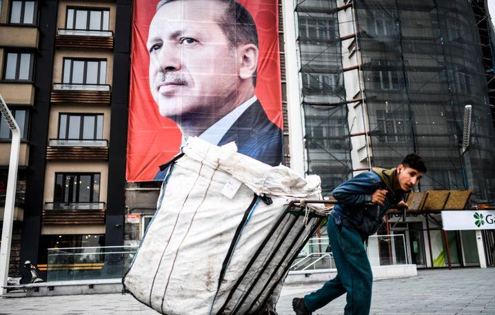 Die türkische Bevölkerung leidet unter einer hohen Inflation und sich abschwächenden Wirtschaft.