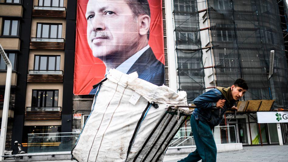 Plakat in Istanbul: Staatschef Recep Tayyip Erdogan scheint seine Meinung zu höheren Zinsen geändert zu haben