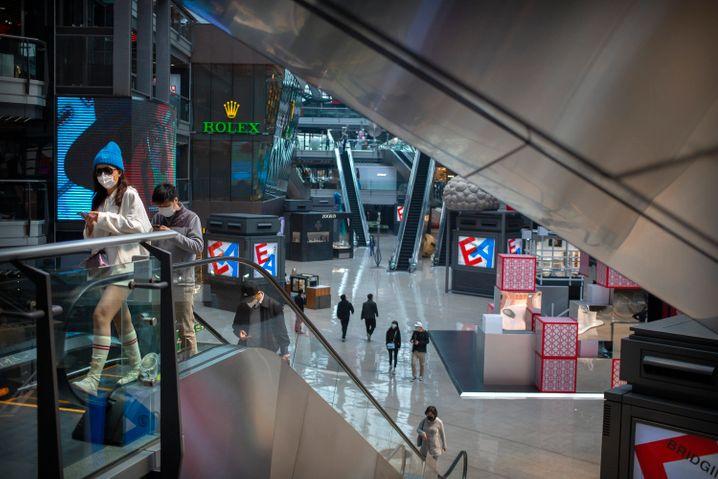 Einkaufszentrum in Peking: Viele Reisende kehren nach China zurück, daher steigt die Zahl der Neuinfektionen wieder