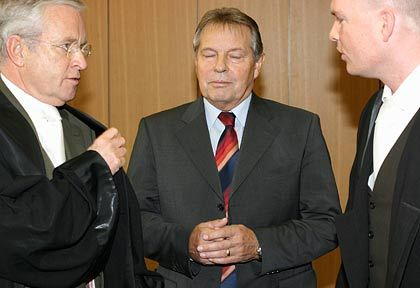 Angeklagt: Volkert (m.) mit seinen Verteidigern Johann Schwenn (l.) und Sascha Böttner