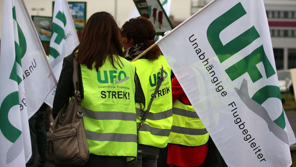 Flugbegleiter von Eurowings haben in der Vergangenheit immer wieder für bessere Bezahlung und Arbeitsbedingungen gestreikt