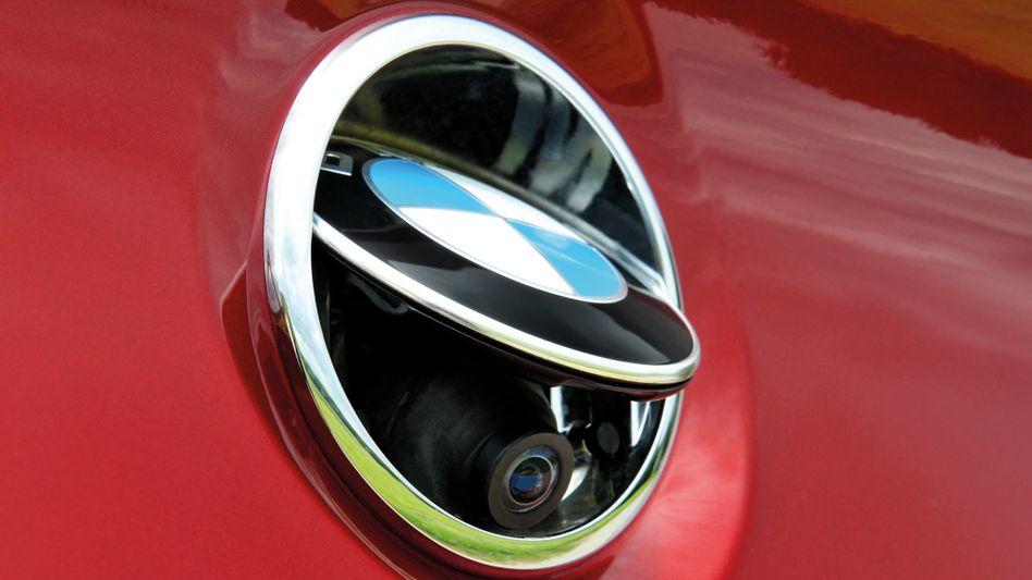 Wie eine Spionage-Werkzeug wirkt die Rückkamera eines älteren BMW-Modells (hier BMW 6 Series Coupe aus dem Jahr 2011). Tatsächlich sind Rückkameras bei BMW-Modellen heute anders verbaut. Doch Probleme gibt es trotzdem.