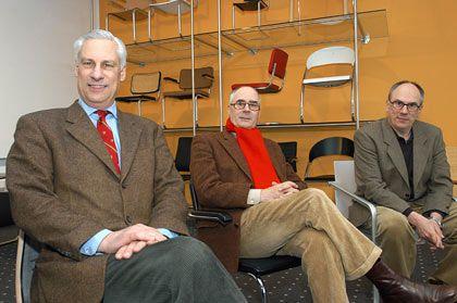 """Die """"3T's"""": Die Firmenbesitzer Peter, Claus-Michael und Philipp Thonet (von links nach rechts) sitzen im im Schauraum ihrer Möbelfirma Thonet"""