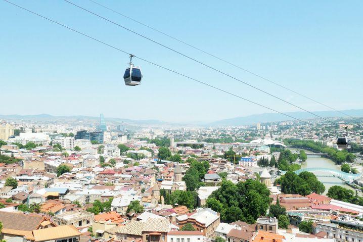 Seilbahn über Tiflis:Georgien lässt gegen das Coronavirus geimpfte Reisende ohne weitere Einschränkungen ins Land