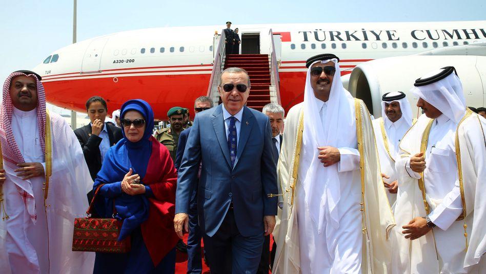 Der türkische Präsiden Erdogan (im Anzug) mit dem Emir von Katar (rechts daneben) im Juli 2017