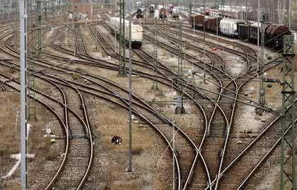 Milliardenlast: Der Bund will die Deutsche Bahn an die Börse bringen. Bahn-Chef Mehdorn will das Schienennetz mitnehmen - und damit einen Monopolvorteil, aber auch gewaltigen Investitionsbedarf