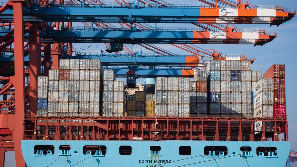 Hafen Hamburg: Während des Be- und Entladens laufen die Dieselgeneratoren der Containerschiffe weiter, um Strom zu erzeugen. Auch Passagierschiffe pusten so während ihres Aufenthaltes an der Kaimauer viel Dreck in die Luft.