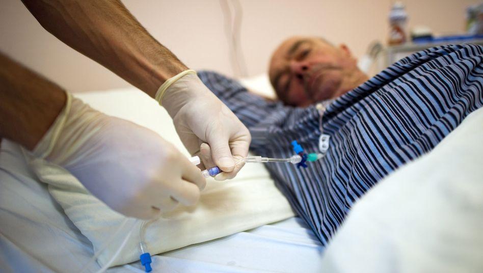 Nicht nur im Krankenhaus fehlt es an Krankenpfleger(inn)en. Eine Ursache des Pflege-Notstandes ist die vergleichsweise schlechte Bezahlung der Pflegekräfte