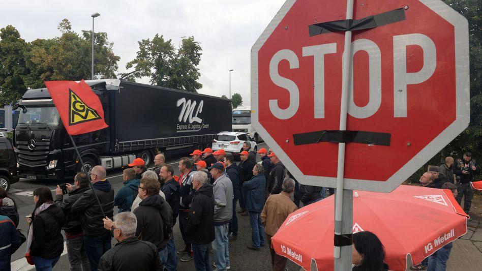 Eine Gasse für die Lastwagen: Seit 12 Tagen streiken die Beschäftigten von Halberg Guss in Leipzig - doch unmittelbar vor der angedrohten Räumung des Geländes scheint sich die Lage zu entspannen