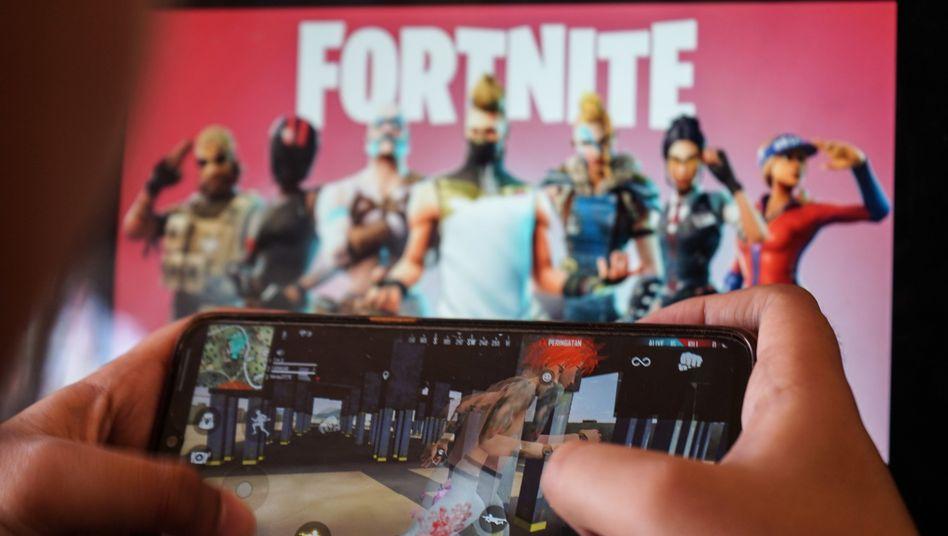 Smartphone-Besitzer spielt Fortnite