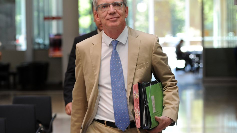 Verteidigungsminister De Maizière: Wusste er mehr, als er zugibt?