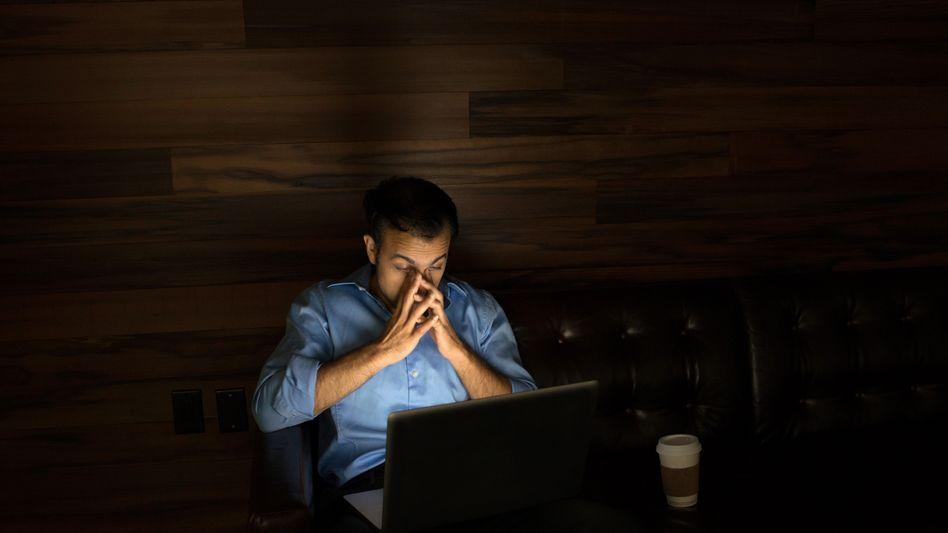 Wird in einem Unternehmen zu lange gearbeitet, drohen Bußgeld- und Strafverfahren. Die größte Gefahr für Unternehmen droht von Karrieristen, die freiwillig Überstunden anhäufen, nachts noch fleißig Mails beantworten und sich dadurch elf Stunden ins Aus schießen