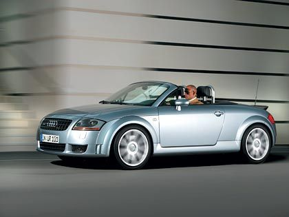Audi TT: Seit 1998 geht Audi mit dem TT auf Kundenfang. Doch noch immer schneidet der Oldie in Vergleichstests erstaunlich gut ab. Motoren und Verarbeitungsqualität verzücken noch immer die Experten. Bei den Käufern rutscht der einst wegen seines Designs gefeierte TT aber langsam in der Gunst ab. Knapp 4800 TT konnte Audi 2004 an den Mann oder die Frau bringen, 25 Prozent weniger als im Vorjahr.