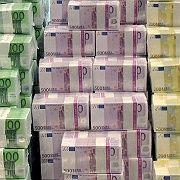 Money makes the world go round: Die Bundesbank hält schärfere Kreditstandards in der Krise für nicht unüblich. Eine allgemeine Kreditverknappung gebe es derzeit aber nicht.