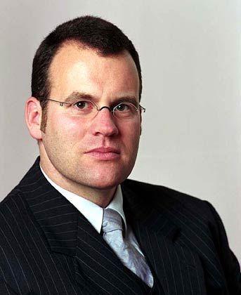 Lars Hamich ist Managing Director des Indexanbieters Stoxx Limited, einem Gemeinschaftsunternehmen von Deutscher Börse, Dow Jones Indexes und Schweizer Börse. Zur Stoxx-Familie gehören zum Beispiel der DJ EuroStoxx 50, der die 50 wichtigsten Unternehmen aus den Euroländern enthält, sowie der DJ Stoxx 50, der Gesamteuropa und damit auch Werte aus Großbritannien und der Schweiz berücksichtigt. Die Zusammensetzung der Indizes wird einmal pro Jahr überprüft.