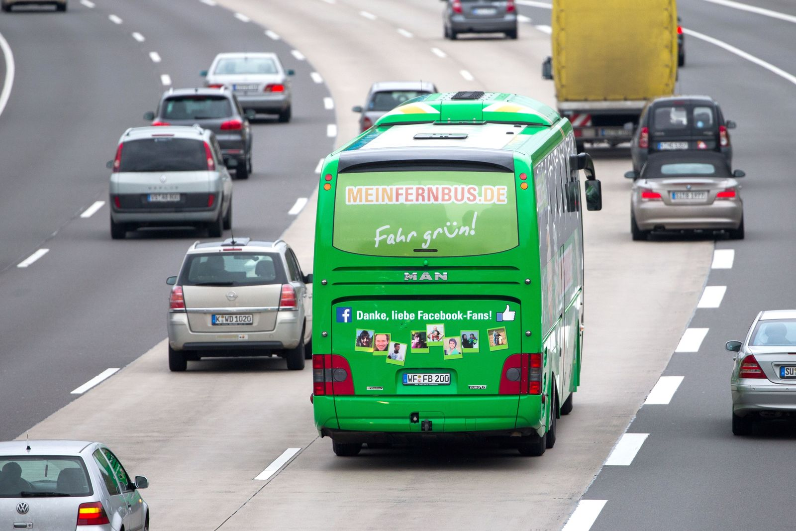 Fernbus auf Autobahn