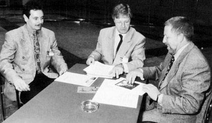 Schön war die Zeit: Vassiliadis (l.) 1994 mit dem damaligen Vorstandsmitglied der IG Chemie, Hubertus Schmoldt (M.), und Ex-Bayer-Betriebsratschef Rolf Nietzard