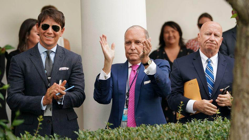Larry Kudlow (Mitte) als Stimmungskanone: Trumps Wirtschaftsberater muss in Wahlkampfzeiten seinen Optimismus gut timen