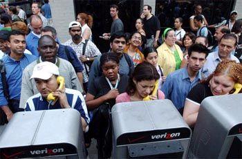 Tausende drängelten sich vor den öffentlichen Telefonen in Manhattan, um zu Hause anzukündigen, dass der Heimweg etwas länger dauern könnte.