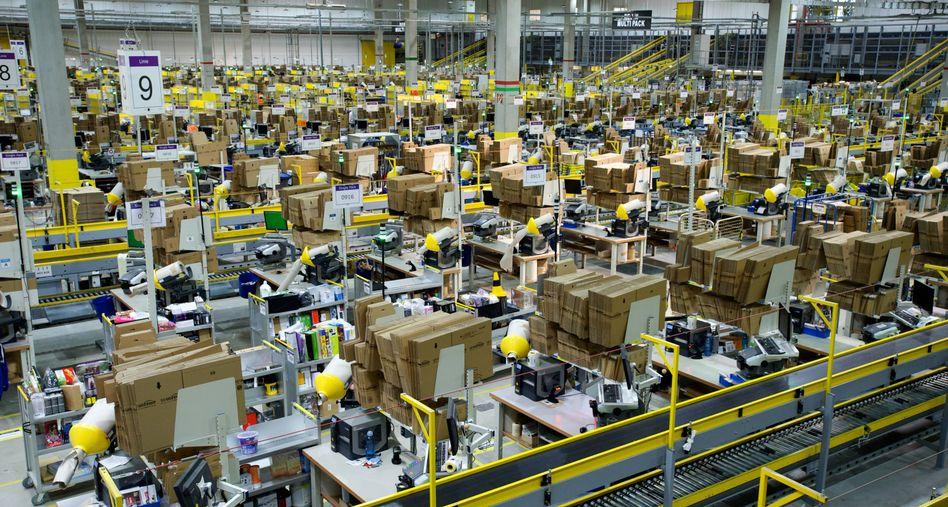 Pakete, Pakete, Pakete: Logistikzentren wie jenes von Amazon in Leipzig müssen angesichts fortlaufend steigender Onlinebestellungen immer mehr Waren umschlagen