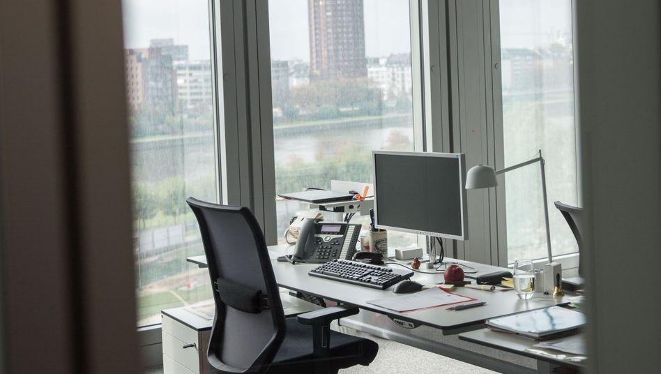 Manager und ihr Schreibtisch, so manches läuft da schief. Findet Axel Liebetrau, der als Denker und Sprecher in Sachen Management unterwegs ist. Zum Beispiel als Mit-Gründer einer Innovationsberatung