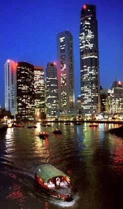 Platz 3, Singapur: Der südlich von Malaysia gelegene Stadtstaat bringt es auf 3503 Hochhäuser. Drei Gebäude teilen sich den Spitzenplatz als Größenmeister: Das Republic Plaza, das UOB Plaza One und das OUB Centre sind 280 Meter hoch. Von der Rezession 2001 stark gebeutelt, ist die Wirtschaft des Vier-Millionen-Einwohner-Staates 2004 um 8,4 Prozent gewachsen. Rund 3000 ausländische Großkonzerne unterhalten Zweigstellen in Singapur - sie sind für rund zwei Drittel des Bruttoinlandsproduktes verantwortlich.