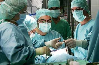 Überlastet: Ärzte im OP