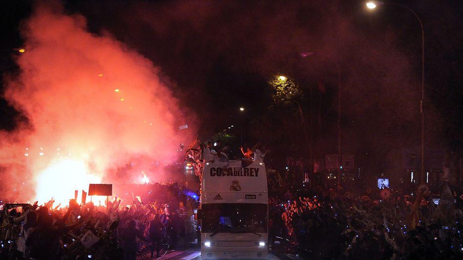 Unglück im Glück: Der Fußball-Pokal fiel auf die Straße und wurde vom Bus überrollt