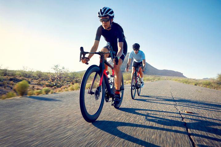 Nach vorne gebeugte Körperhaltung für maximale Trittkraft: Rennräder sind für schnelle Straßenfahrten ausgelegt.