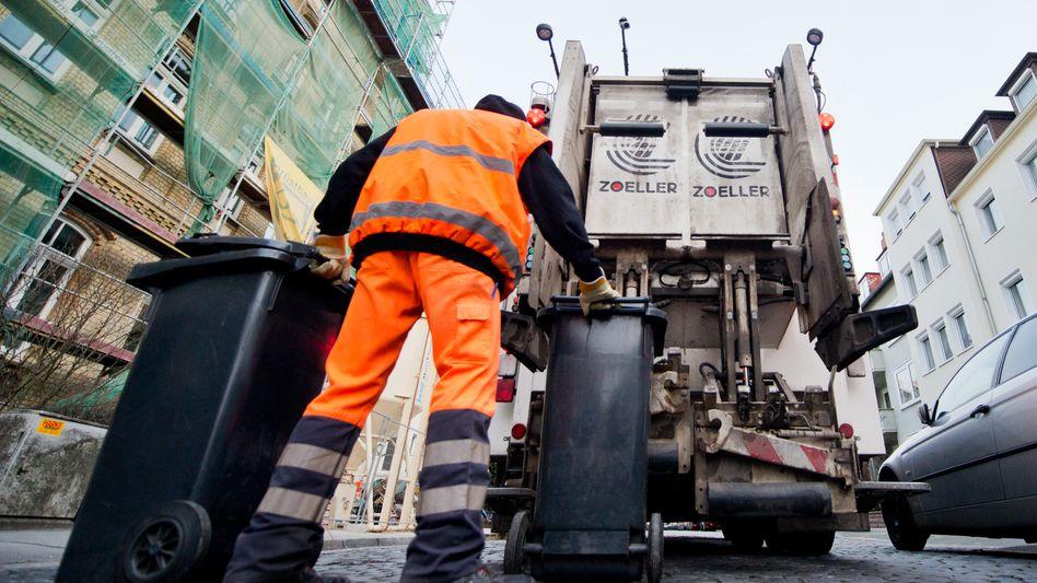 Müllabfuhr in Hannover: Die Studie vergleicht die Entsorgungskosten in den 100 größten Städten - nach Ansicht der Abfallwirtschaft werden allerdings zu wenig Faktoren mit einbezogen