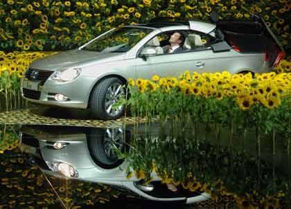 Draußen war es neblig, doch Bernhard sah nur Sonnenblumen: Der VW-Markenvorstand behauptete, wie im Redetext vorgegeben, er wäre bei dem tollen Wetter lieber mit dem Cabrio Eos durch Taunus und Hunsrück gefahren