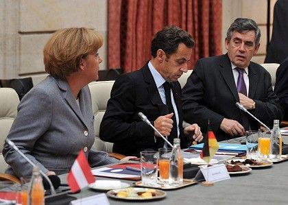Gemeinsames Vorgehen: Krisentreffen in Paris am Sonntag mit Bundeskanzlerin Merkel, Frankreichs Präsident Sarkozy, Großbritanniens Premier Brown (v.l.)