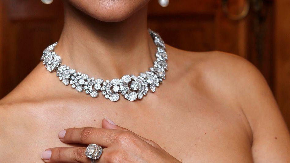 Model mit Diamantschmuck: Vermögende weltweit geben wieder mehr für Luxusartikel aus