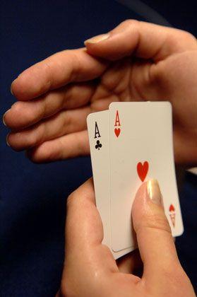 Keiner lässt sich gern in die Karten schauen: Das gilt beim Pokern genauso wie in der Lebensversicherung. Zwar müssen die Anbieter jetzt die Vertragskosten offenlegen, viel mehr Transparenz habe dies aber nicht gebracht, kritisieren Experten. Die Versicherer versuchten fortgesetzt, die Kalkulation ihrer Produkte zu verbergen. Der Vergleich einzelner Produkte wird wohl weiter eine Spezialistendomäne bleiben.