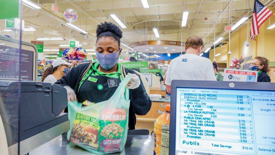 Supermarktangestellte in Miami Beach: US-Unternehmen bereiten sich auf eine Zeit vor, in der sie die Preise nicht mehr erhöhen können