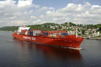 Die Handelsflotte umfasst über 3000 Schiffe: Frachter vor Hamburg-Blankenese