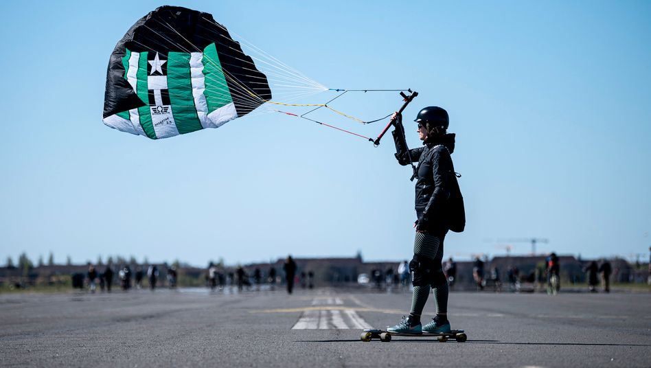 Eine Windskaterin ist am Sonntag in Berlin auf dem Tempelhofer Feld unterwegs.