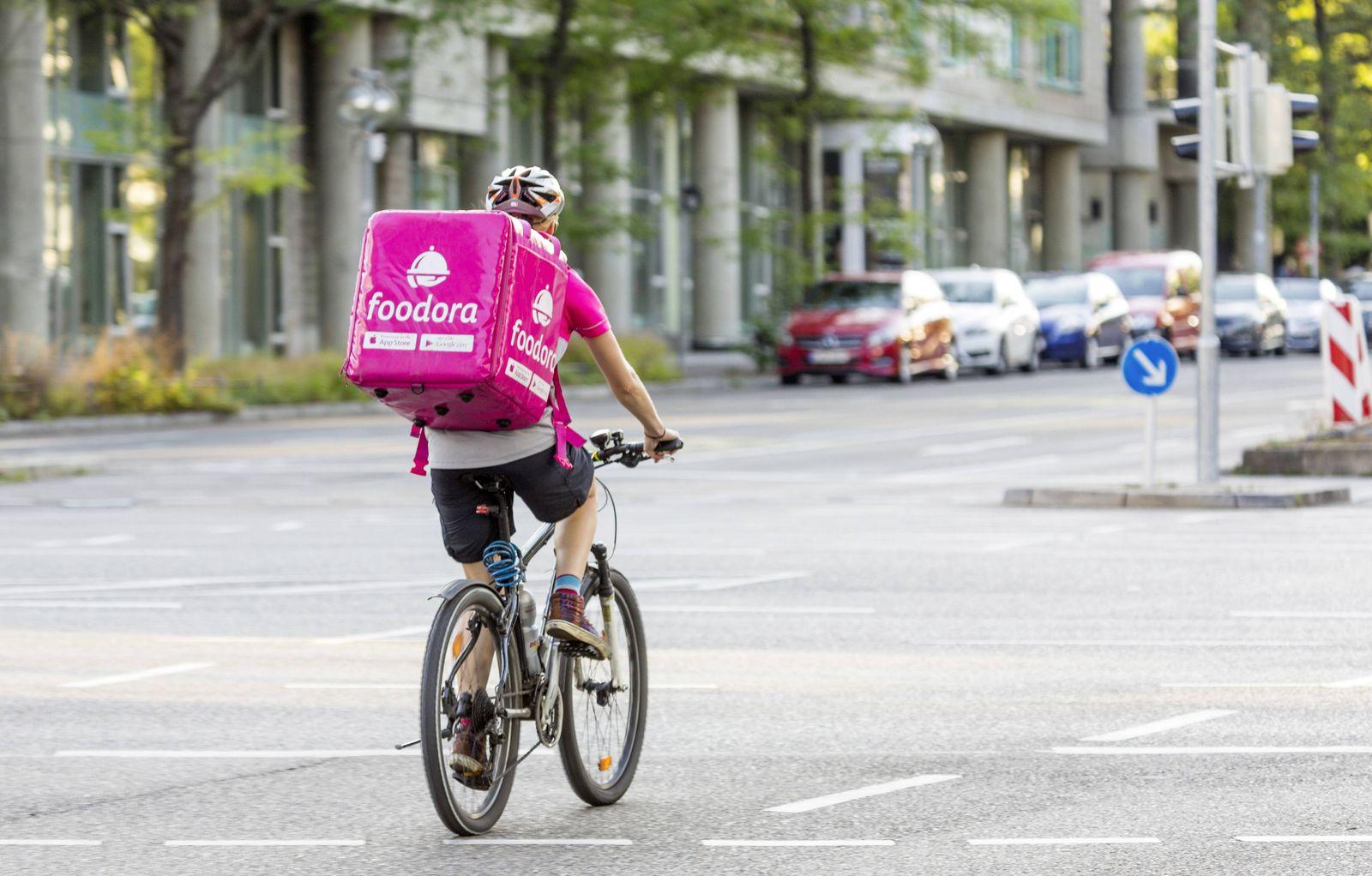 DEU Deutschland Stuttgart 04 07 2017 Fahrradfahrer des Lieferdienst Foodora ¬