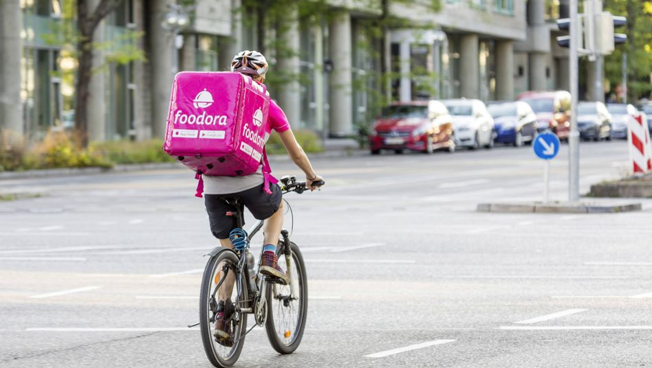 Foodora-Fahrer in Berlin: Dax-Neuling Delivery Hero hat sein Deutschland-Geschäft bereits 2018 an den Konkurrenten Takeaway verkauft - dafür expandiert der Dienst nun im Mittleren Osten
