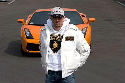 Fahrlehrer: Sanna zeigt an der Lamborghini Academy den Kunden, was sie aus ihren Sportwagen herausholen können.