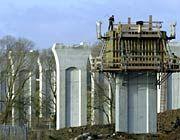 Bauarbeiten an der A 44: Zwischen Kassel und Thüringen wurde die Brücke geschlagen (Archivbild, 2002)