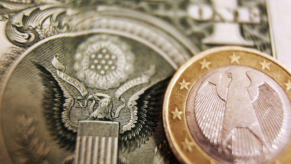 Währungsvergleich: Die Fed stützt die US-Wirtschaft mit billigem Geld. Euroland dürfte noch vor den USA die Zinsen erhöhen, schätzen Beobachter. Der Euro gewinnt daher gegenüber dem Dollar an Wert