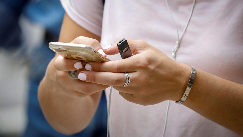 Juul-Raucherin: Gerade unter Jugendlichen steigt die Zahl der Nutzer der hippen E-Zigaretten rasant