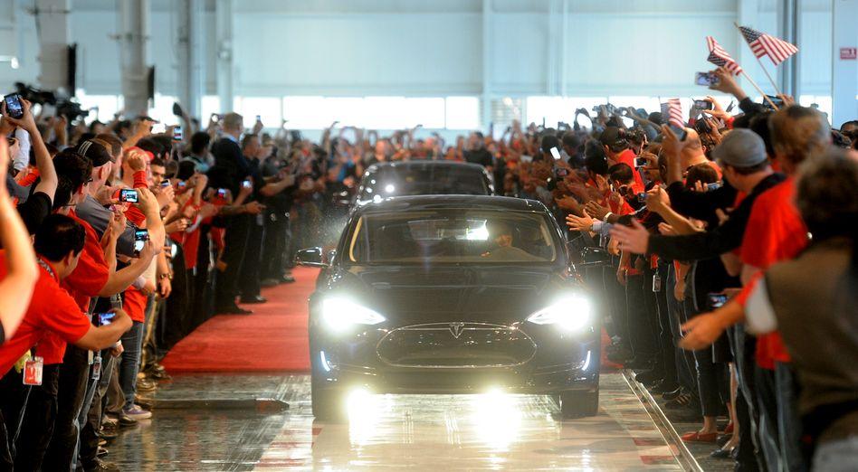 Tesla-Neuwagen-Auslieferung in Kalifornien: Investoren trauen der Firma von Mitgründer und CEO Elon Musk noch viel zu