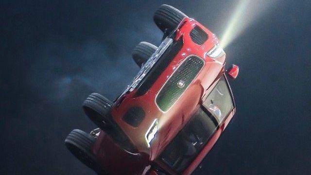 TURNAROUND Dass Jaguar das Zeug zur Wende hat, zeigte ein Stuntman bei der Präsentation des E-Pace in London. Die Flugrolle – eine Hommage an 007.
