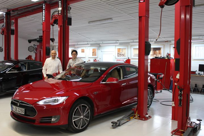 Testfahrt von München nach Amsterdam: mm-Redakteure Wilfried Eckl-Dorna und Nils-Viktor Sorge testen mit dem Tesla Model S das Supercharger-Netz in Deutschland