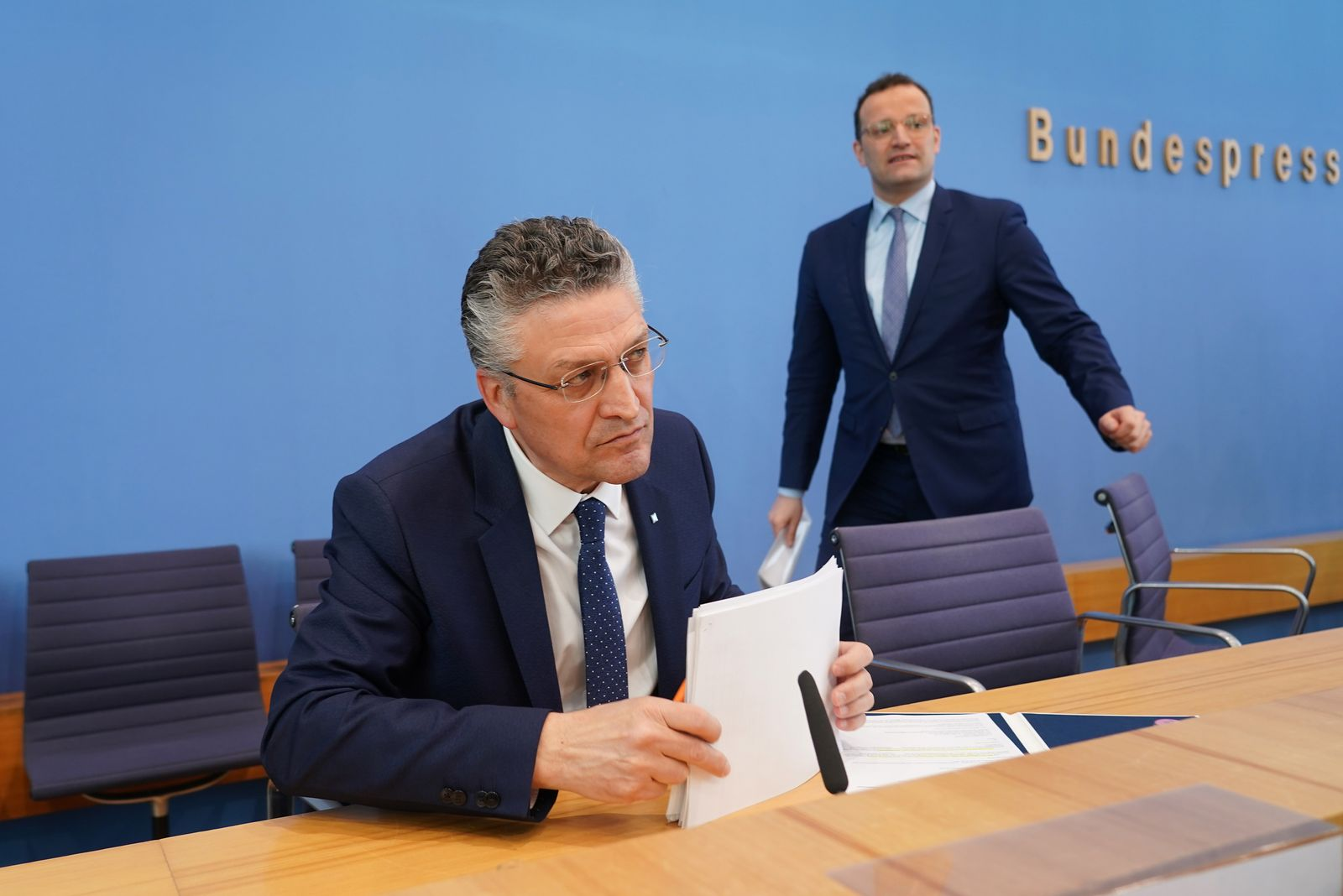 Jens Spahn (R) and Robert Koch Institute President Lothar Wieler