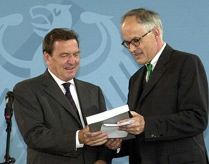 Theodor Baums (r.) übergibt am 10. Juli 2001 Kanzler Gerhard Schröder einen Kommissionsbericht mit Vorschlägen zur Verbesserung der Führung und Kontrolle von Unternehmen